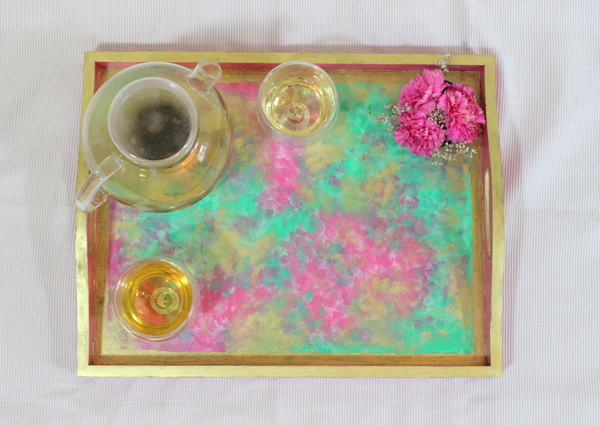 How to paint a sponged DIY Pink, gold and green tray in simple steps. Click through to read the story of how 2 hours transformed an old beige tray into a fresh fuchsia one!