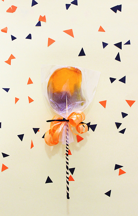 Last Minute Halloween Candy - Hallo Pops. Click through for the 10 minute tutorial. No Fancy Ingredients Needed :)