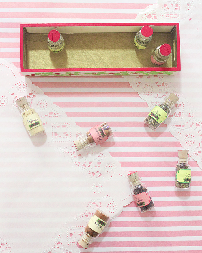 How to make a Christmas Spices Gift Box. Pretty neat idea for a Christmas gift, right?