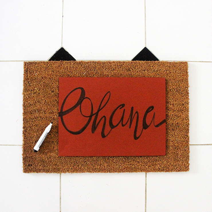 Steps to make a personalised door mat | DIY Persoanlised Welcome Mat | The Craftables